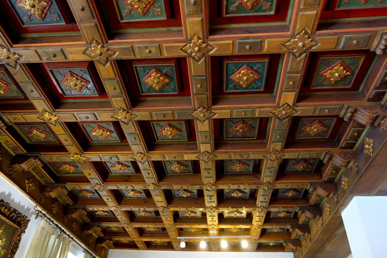 Старинный кессонный потолок в отеле Испании