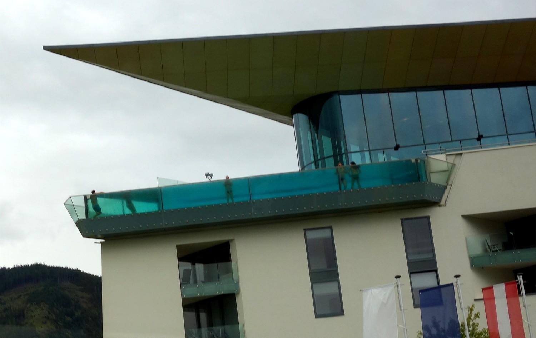 Панорамный бассейн с прозрачными стенами на верхнем этаже (Капрун)