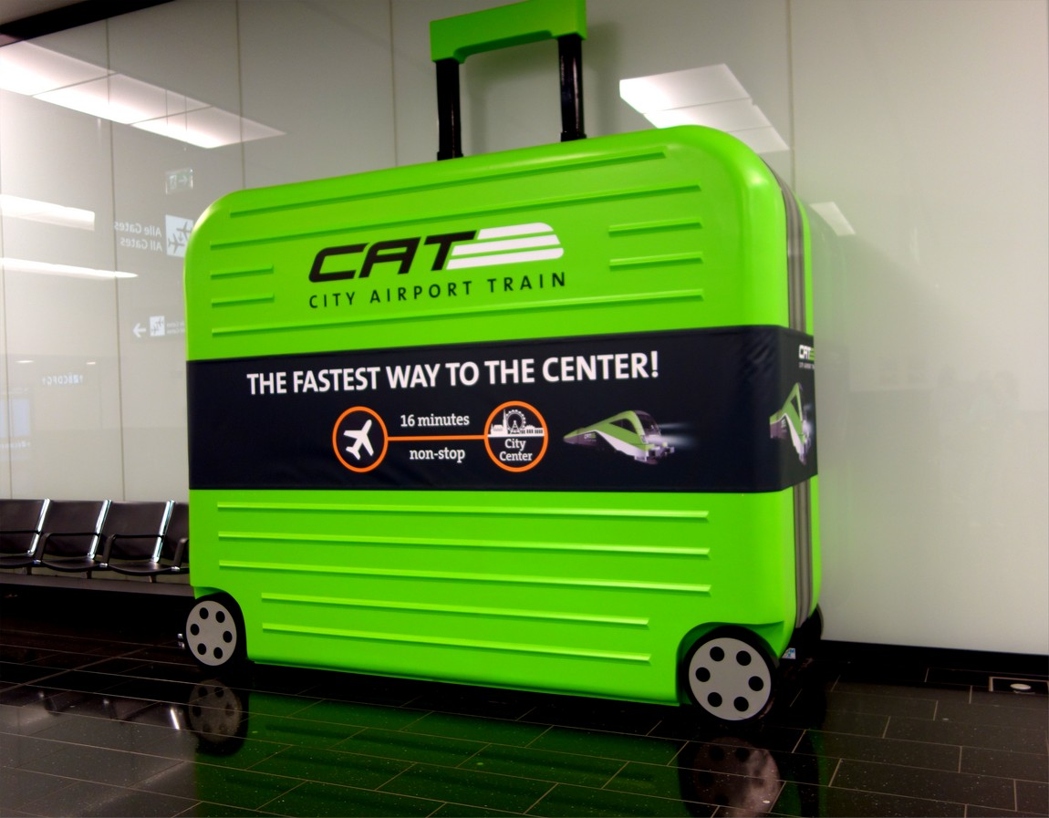 Инсталляция чемодана в аэропорту Вены