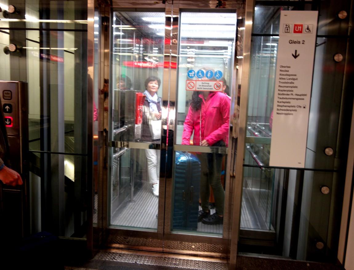 Подъёмный лифт из метро в Вене