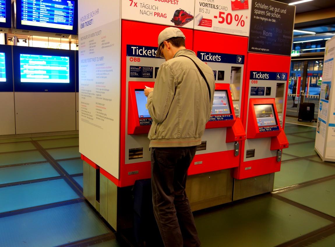 На вокзале Вены есть автоматы для покупки билетов.