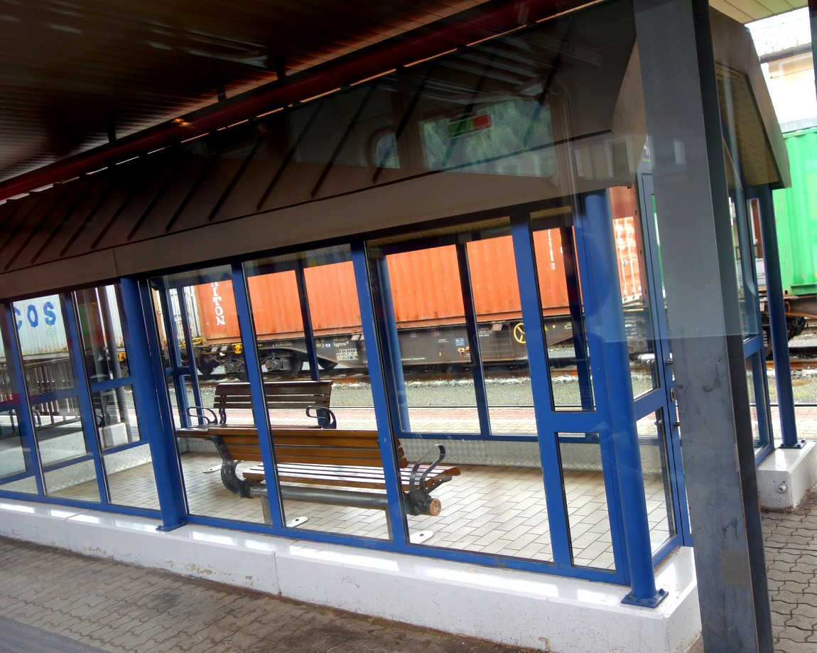 Вокзал Цель-ам-Зее в Австрии -укрытые от ветра остановки между платформами