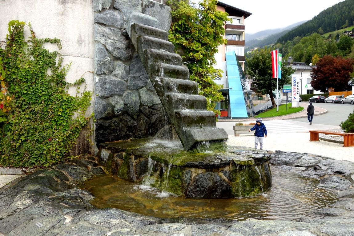 Декоративный фонтан ввиде лестницы в Австрии