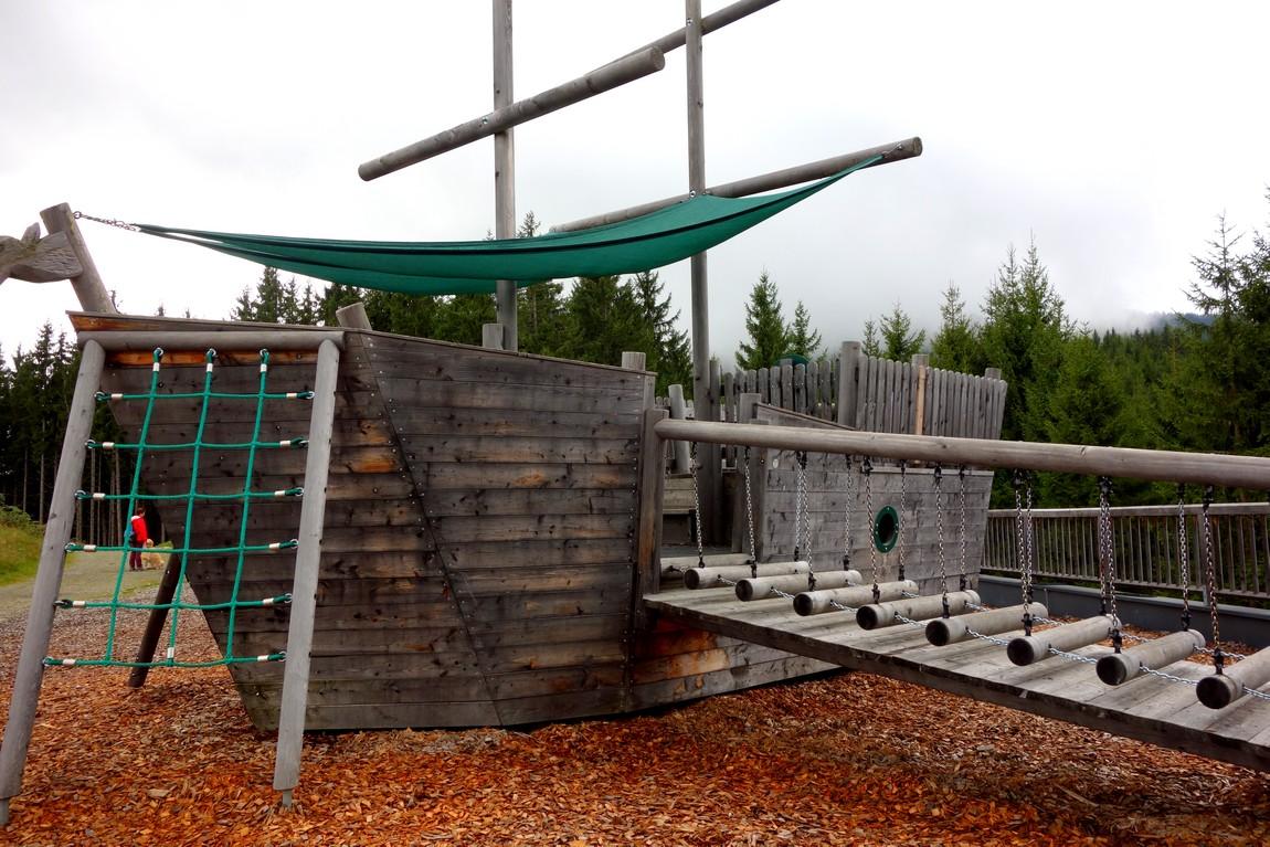 Детская площадка с забавным кораблём в Цель-ам-Зее