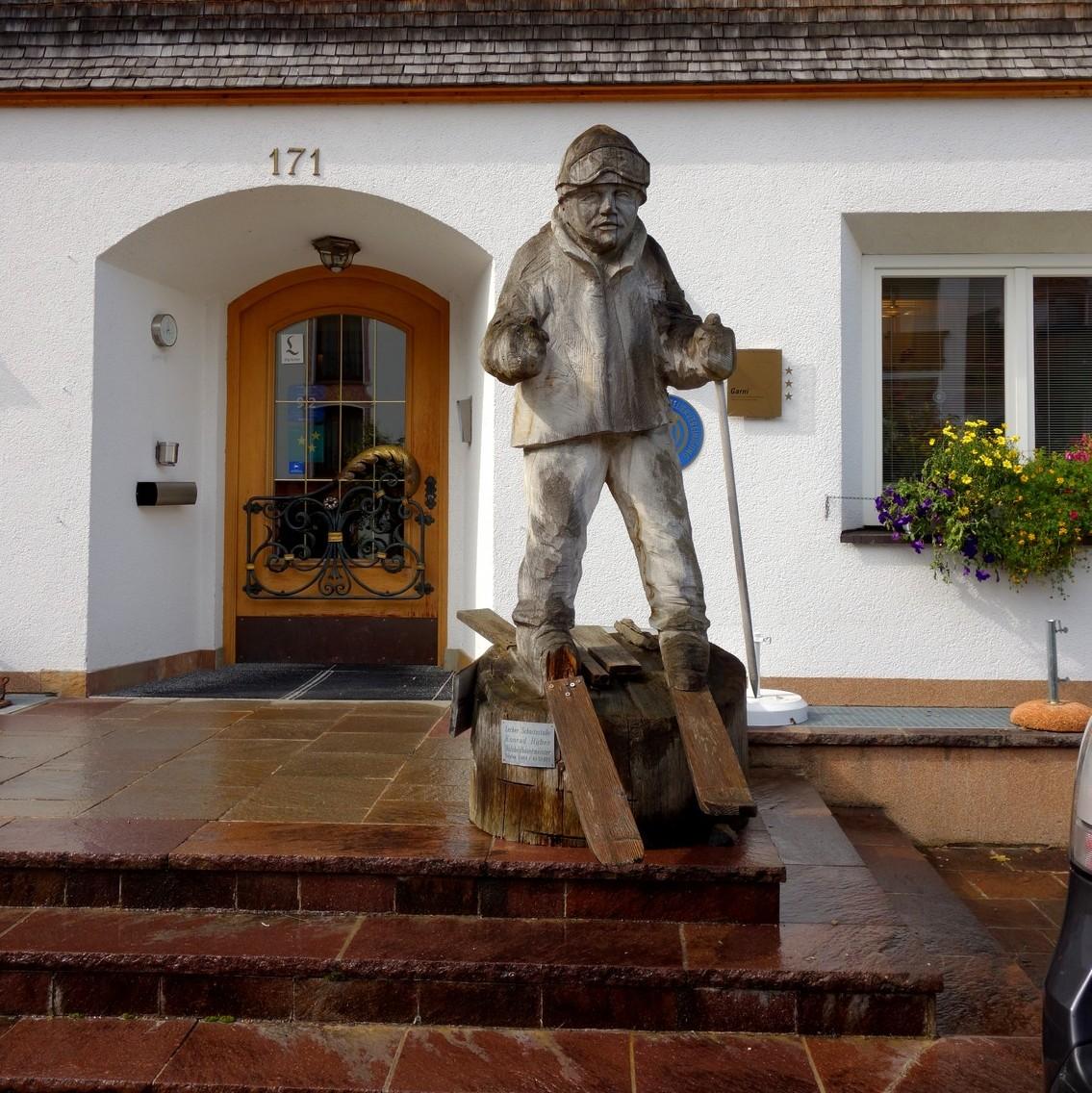 Лех-ам-Альберг Австрия - деревянная фигура лыжника