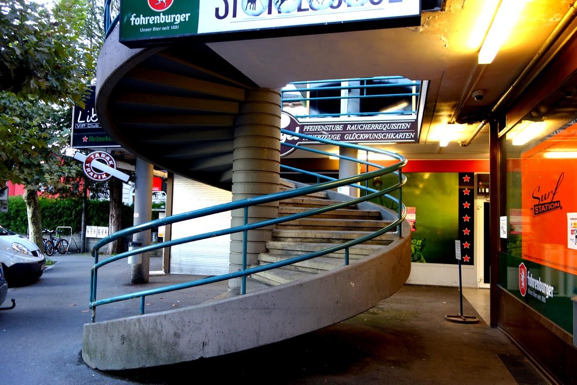 Винтовая лестница ведущая в здание на второй ярус
