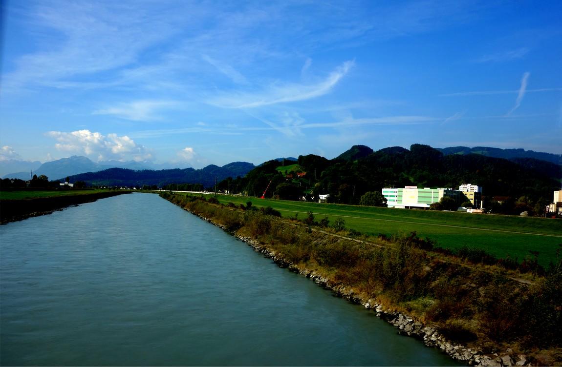 Пограничная река Райн между Австрией и Щвейцарией