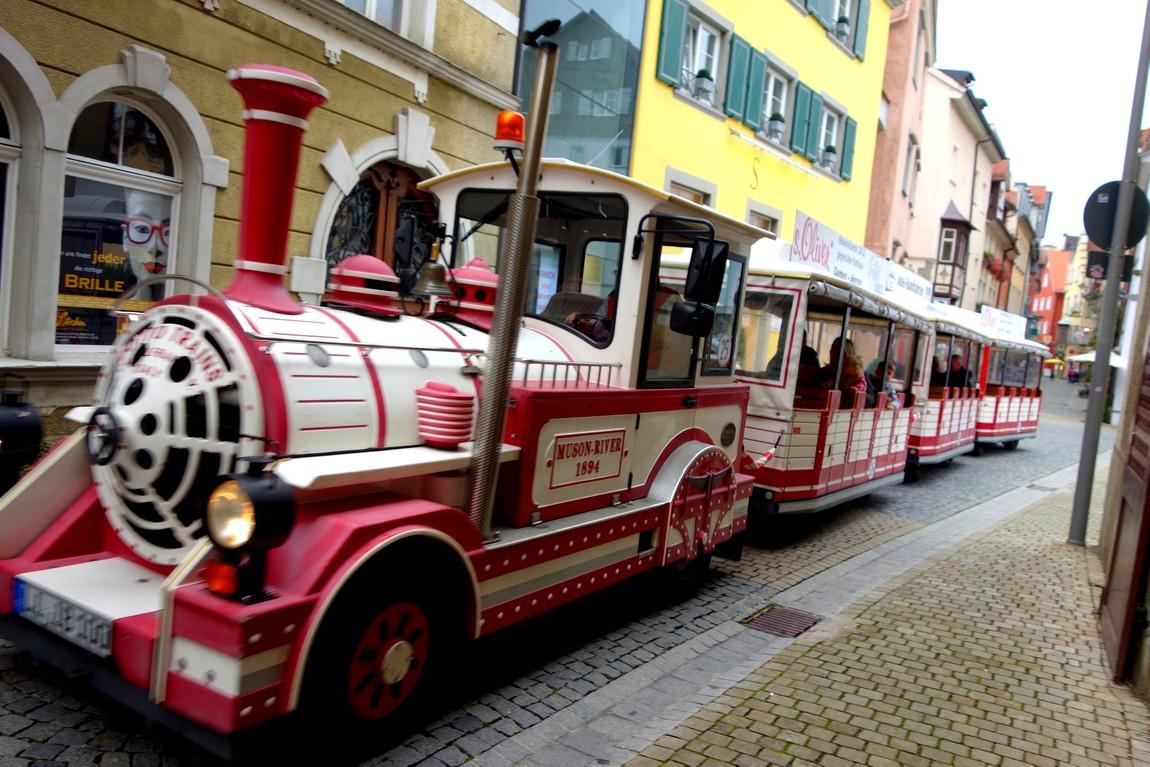 Декоративный паровозик ездит по улицам Линдау (Австрия)