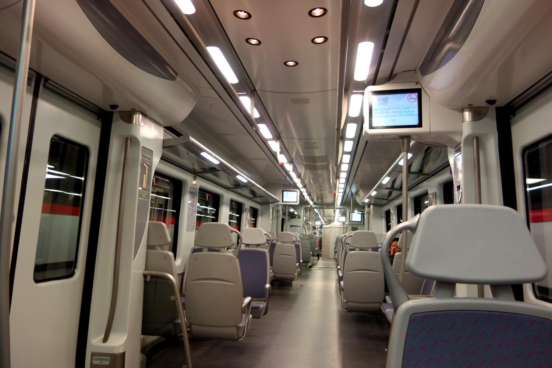 Салон поезда в метро Мадрида.