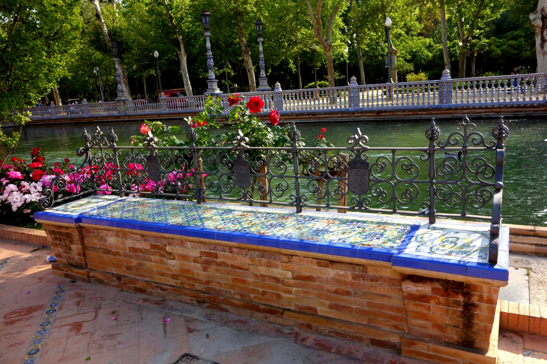 Скамья в обрамлении керамической плитки с мозаикой (Испания)
