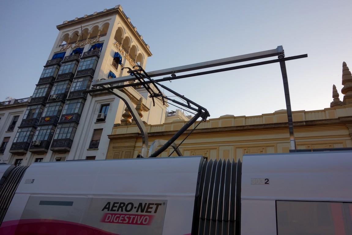 Трамвай в Севилье- подзарядка на остановке.
