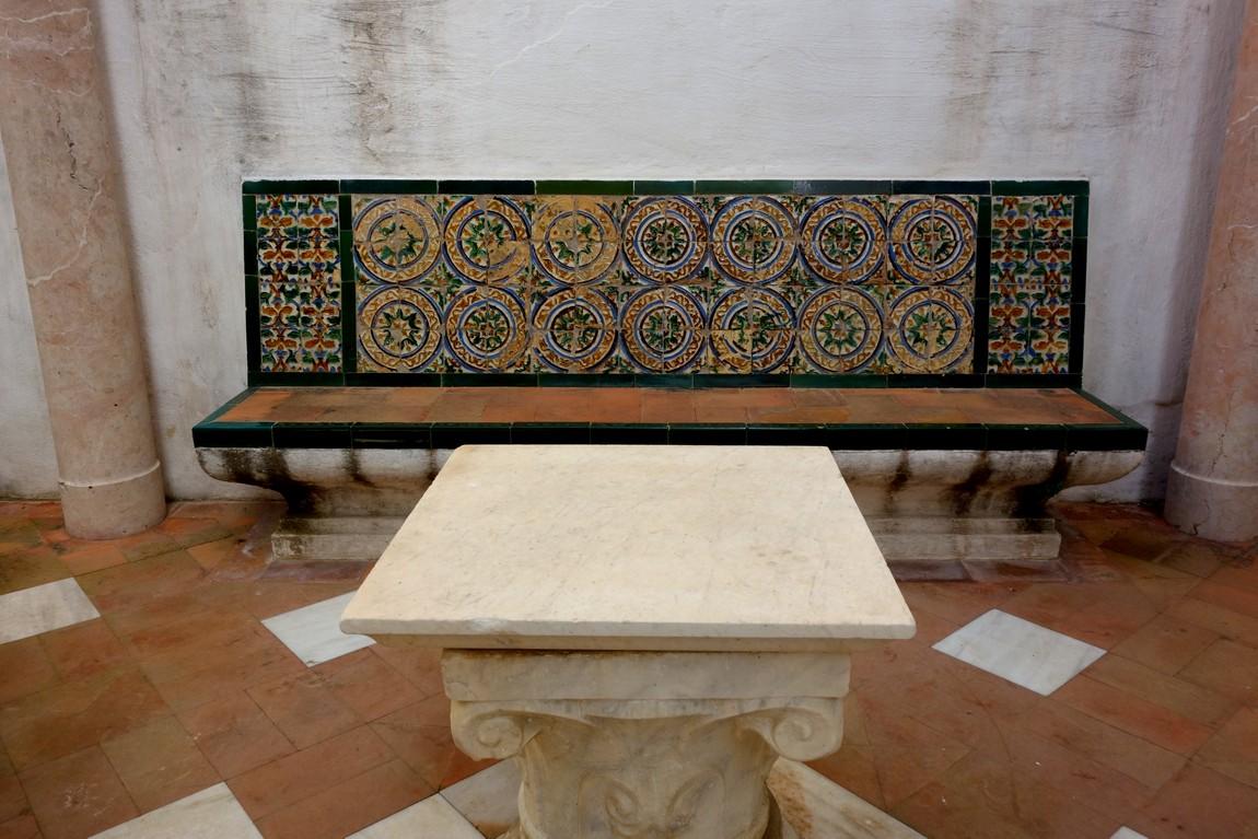 Скамья во дворце Алькасар (Испания)