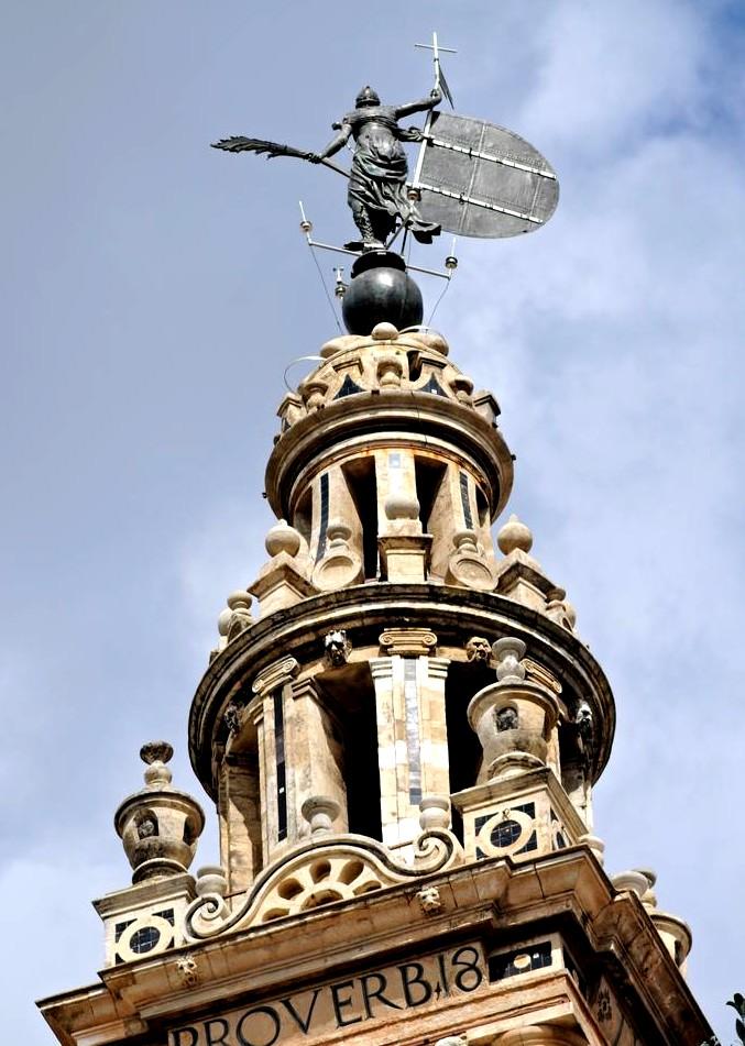 Христианская Вера над куполом башни Хиральда