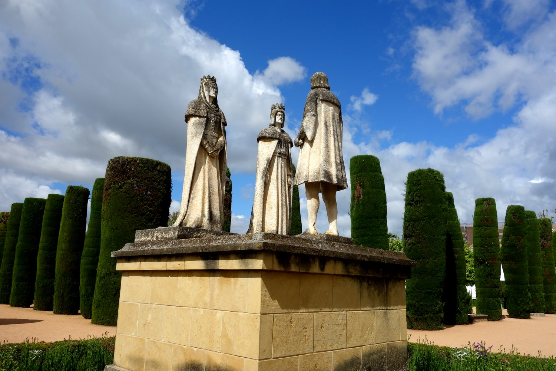 Одна из них представляет собой встречу католических монархов, Изабеллу Кастильскую и Фердинанда Арагонского, с Христофором Колумбом.