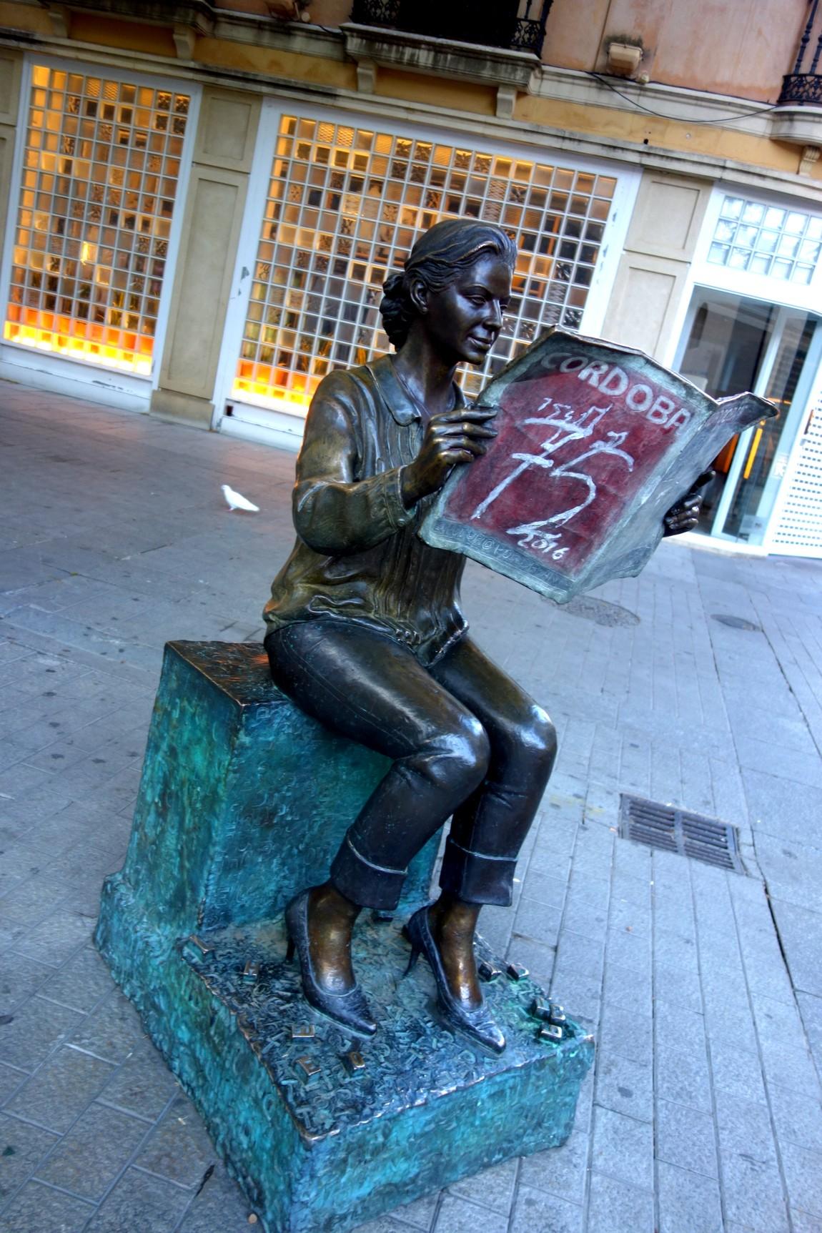 Кордова - статуя читающей девушки