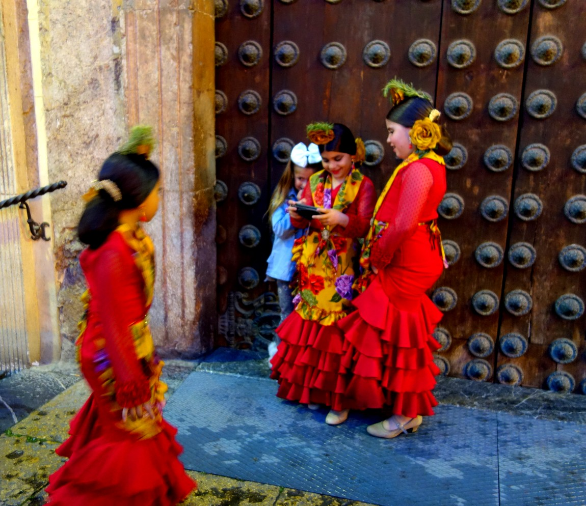 Девочки в испанских костюмах -Кордова