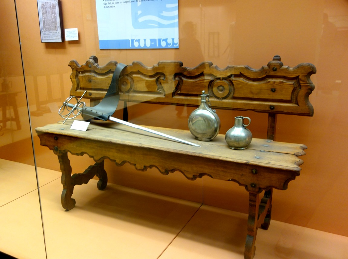 Резная скамья в музее Испании