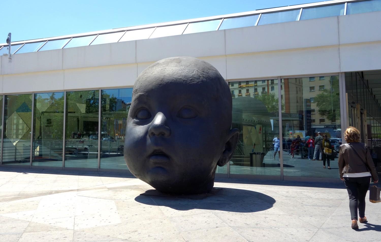 Скульптура головы ребёнка в Мадриде (Антонио Лопеса)