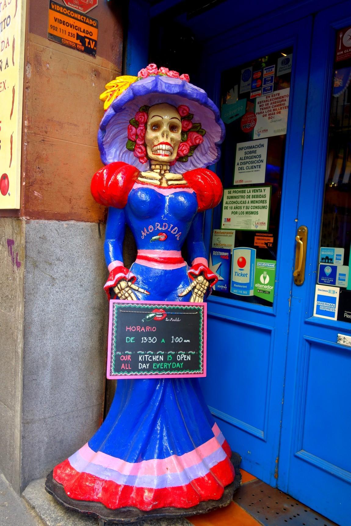 Мадрид - реклама смерти перед магазином