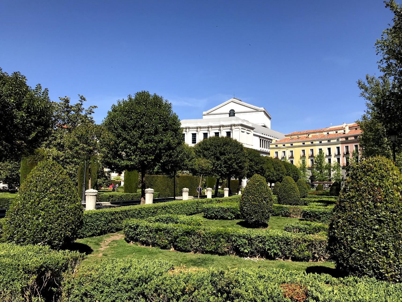 Парк перед королевским дворцом в Мадриде