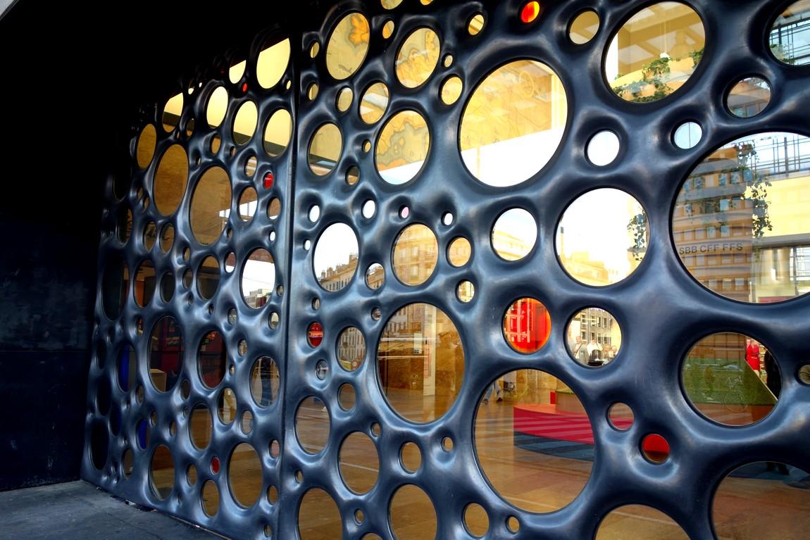 Ажурная стена вокзала в Женеве