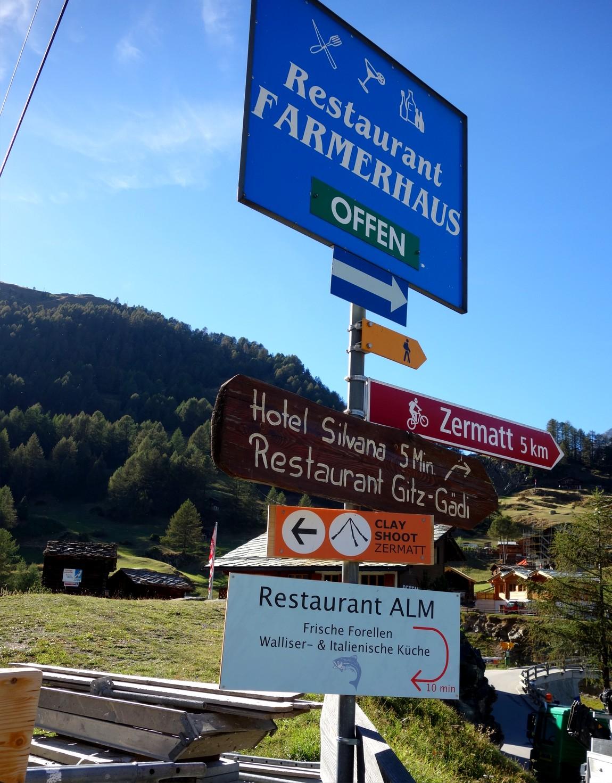 Указатель дорог в горах канатной дороги Церматт- Фури