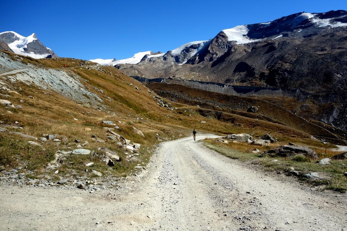 Развилка дорог в горах Швейцарии