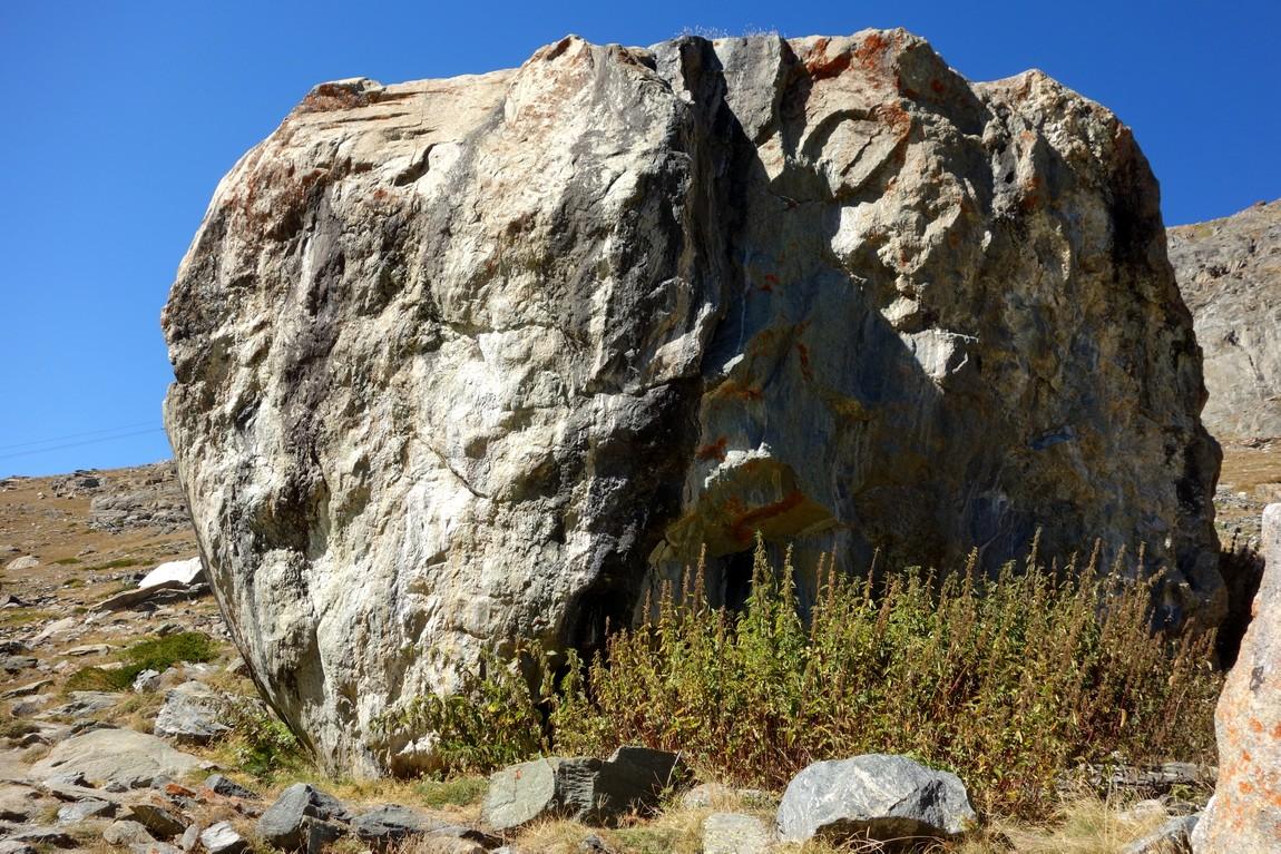 Многотонный камень у озера Grindjisee