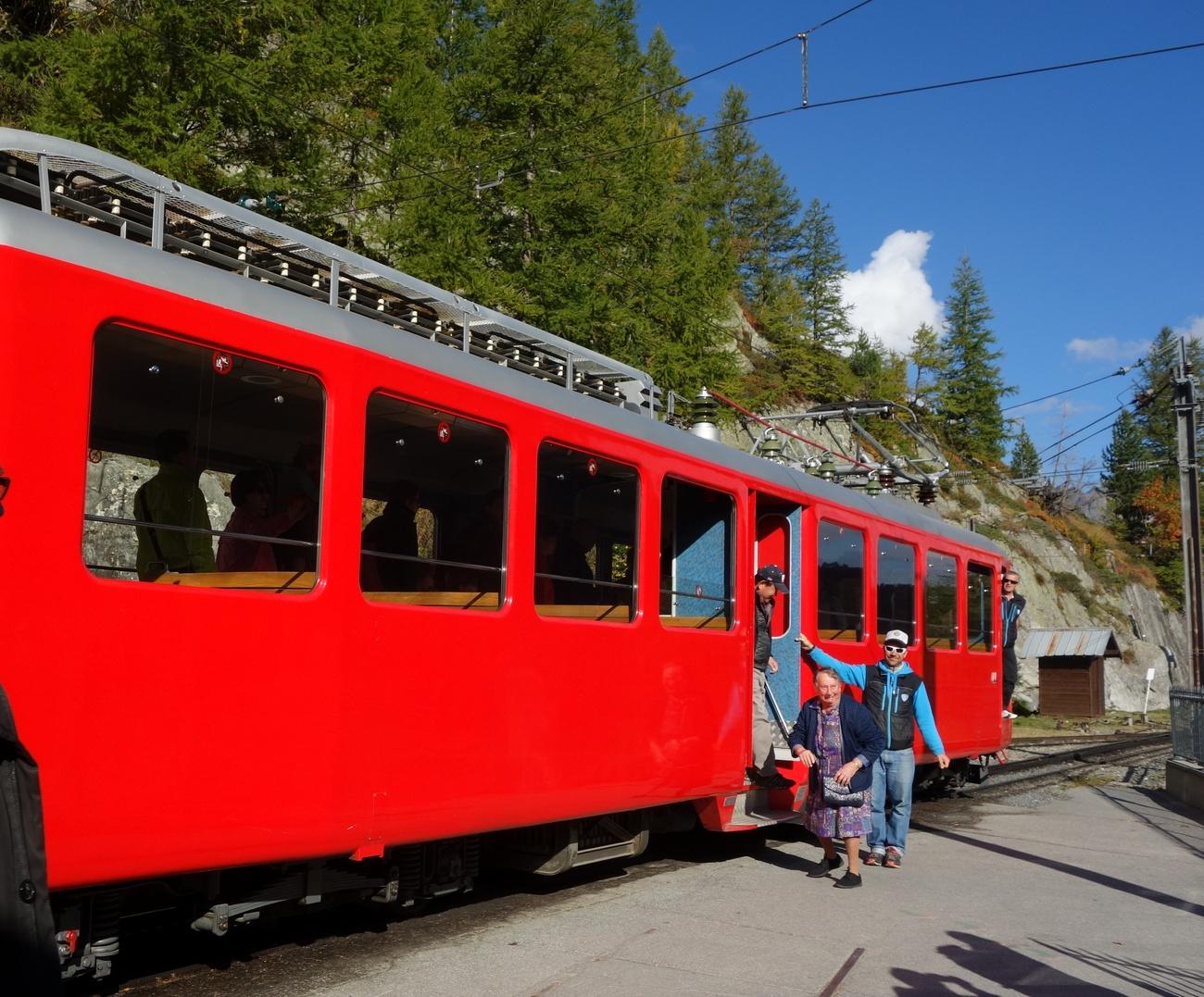 Горный поезд поднимается на высоту 1913 м в Шамони
