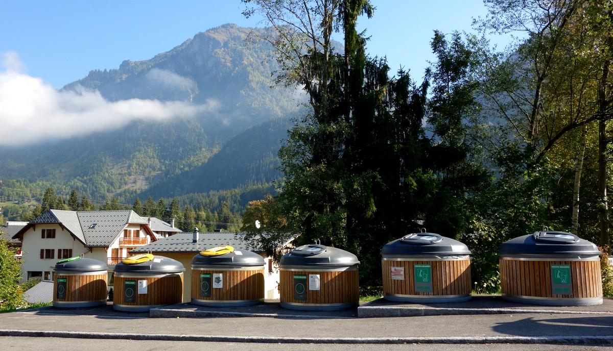 Контейнеры для мусора на станции (Servoz) (Шамани)