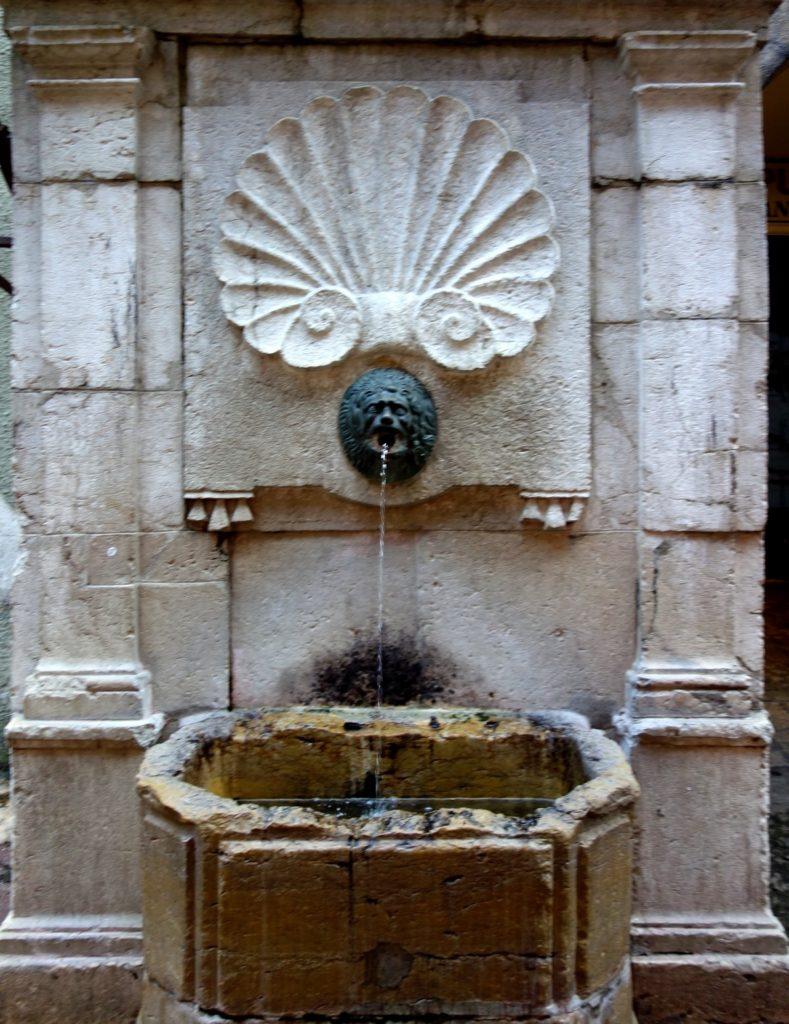 Анси  - старинный фонтан для питья