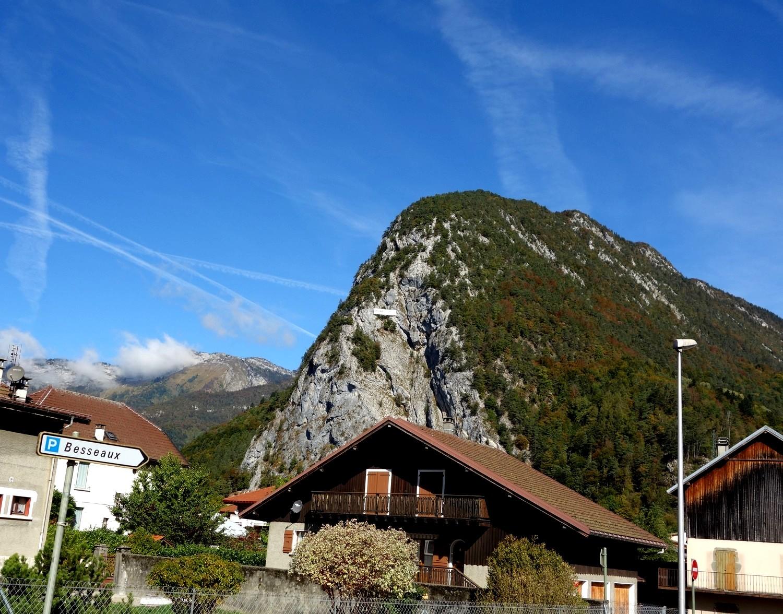 Thônes (Тонс) - Франция, и название посёлка на склоне горы
