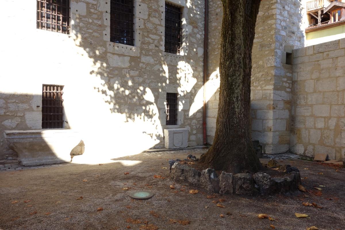 Внутренний дворик замка а де Л'Иль