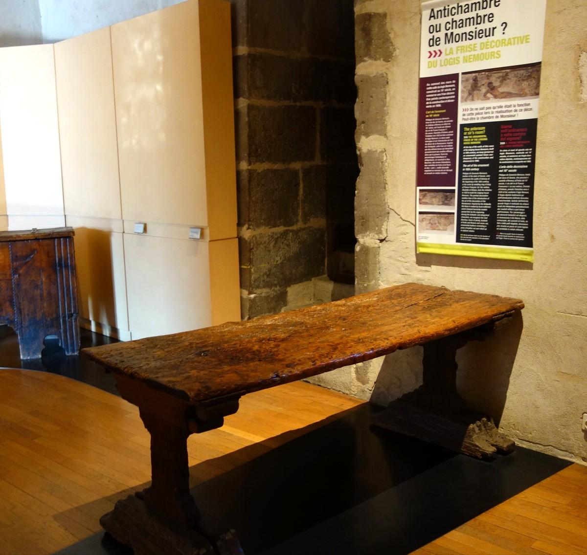 Замок Château d'Annecy - стол