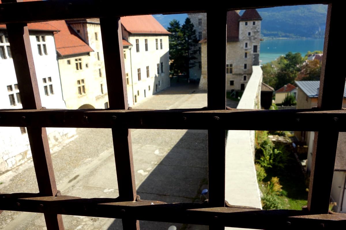 Замок Château d'Annecy - вид из окна башни