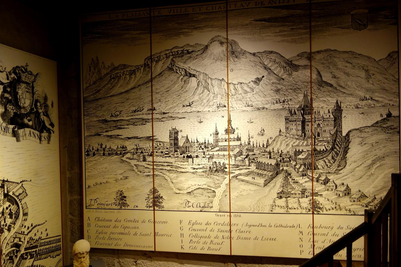 Замок Château d'Annecy - старинная карта на стене