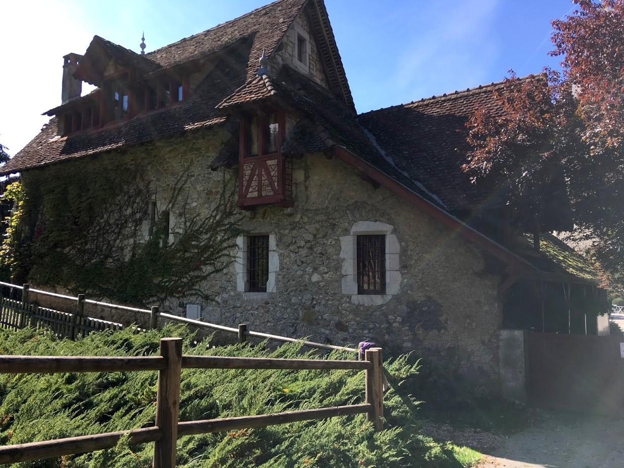 Замок - Château de Menthon-Saint-Bernard его подсобные домики