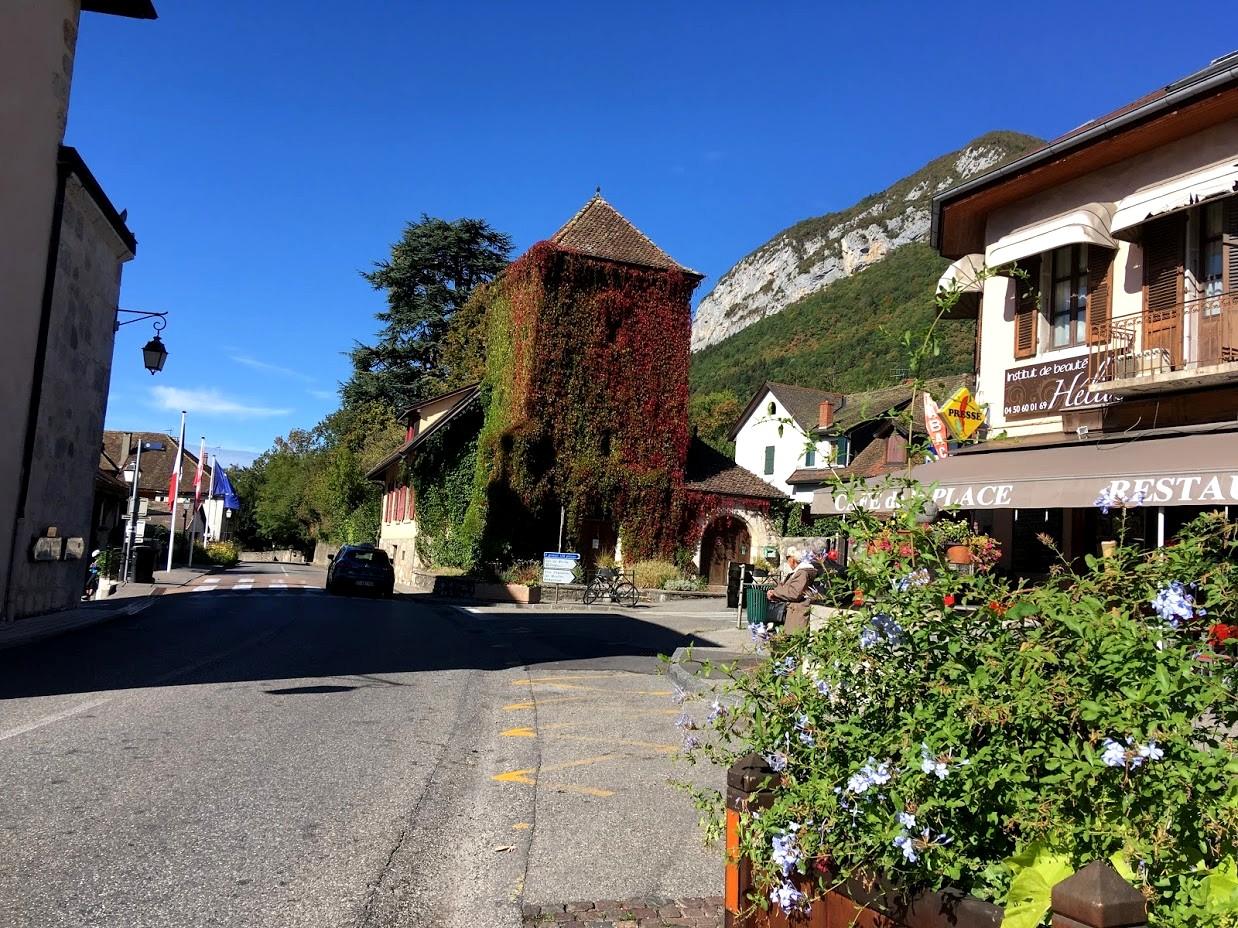 Посёлок Ментон-Сен-Бернар во Франции